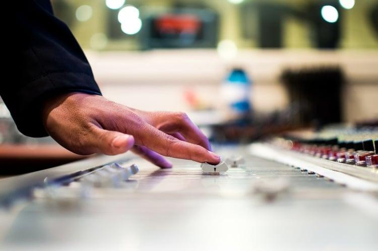 mixing-desk-351478_1920-770x512.jpg